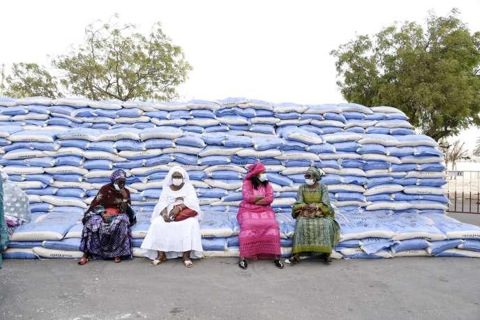 Lors d'une distribution de sacs de riz à des habitants de Dakar, le 10avril 2020.