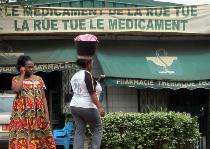 Une pharmacie à Yaoundé, en août 2013.