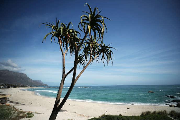 La plage de Camps Bay, au Cap, en Afrique du Sud, le 19août 2020. Habituellement, le lieu est rempli de touristes étrangers...