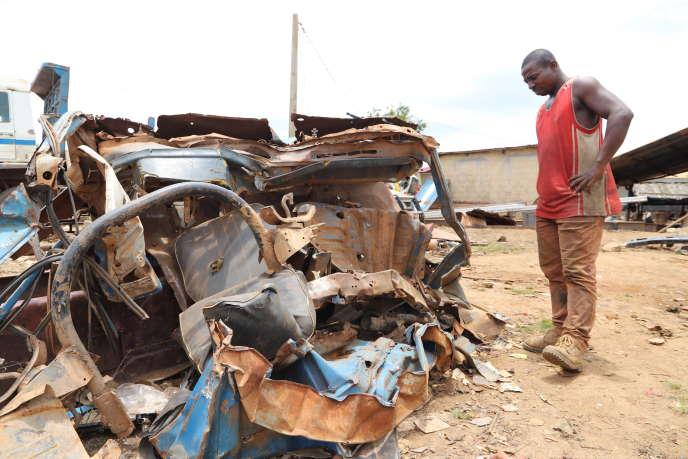 Le camion de Sylvain Diama (à droite) complètement broyé par la force du pachyderme, en septembre 2020.