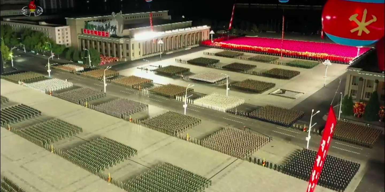 Un missile intercontinental géant dévoilé durant un défilé militaire — Corée du Nord