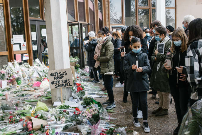 Saturday October 17, 2020, in front of the college of Bois-d'Aulne, in Conflans-Sainte-Honorine, hundreds of flowers and messages were deposited in tribute to Samuel Paty, professor of history and geography beheaded the day before by a young Russian of Chechen origin.  About a thousand people have moved.