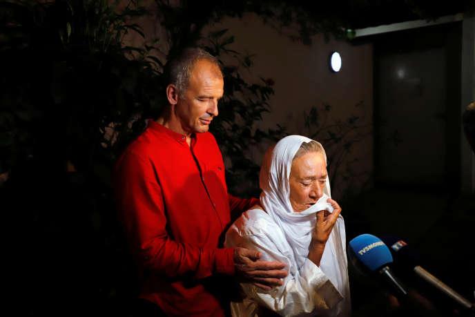 L'ancienne otage franco-suisse Sophie Pétronin en compagnie de son fils, au moment de sa libération à Bamako, le 9 octobre 2020.