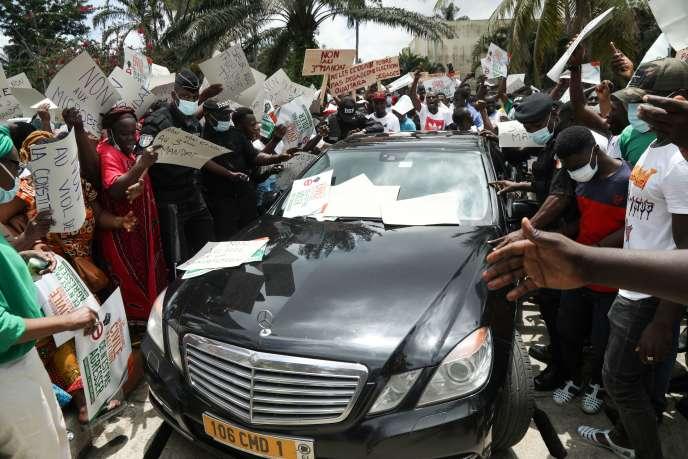 Manifestation de l'opposition, à l'arrivée d'une délégation de la Communauté économique des États de l'Afrique de l'Oueste, à Abidjan, le 18 octobre.