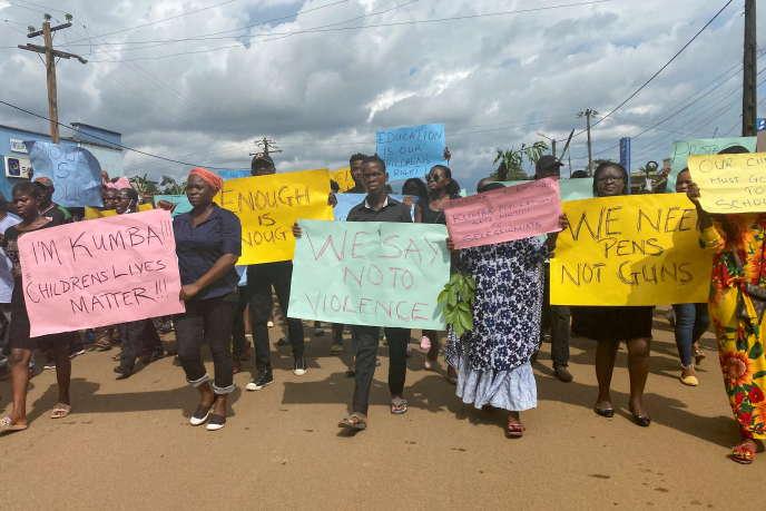 Manifestation le 25 octobre 2020 après l'attaque de l'école Mother Francisca de Kumba, dans la région anglophone du Sud-Ouest, au Cameroun, qui a fait sept victimes parmi les écoliers.