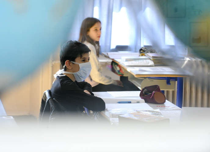 A masked elementary school pupil in class on May 12, in Villers-lès-Nancy (Meurthe-et-Moselle.