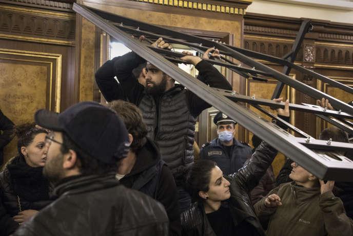 Ambiance tendue au sein des bâtiments du gouvernement arménien à la suite de l'arrivée de manifestants, à Erevan, le 9 novembre.