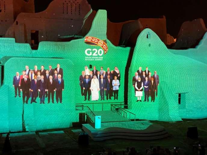 Projection de l'habituelle « photo de famille» du G20 annuel, présidé cette année par l'Arabie saoudite, le 20 novembre. Le sommet des vingt plus grandes puissances économiques mondiales se tient cette année sous un format virtuel qui lui enlève beaucoup de son éclat.