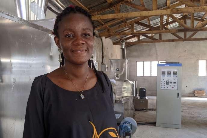 Faouziath Sanoussi,docteure en agrobiodiversité et technologies alimentaires, dans sonatelier de transformationd'aliments pour enfants 100 % africains, à Cotonou, en novembre 2020.