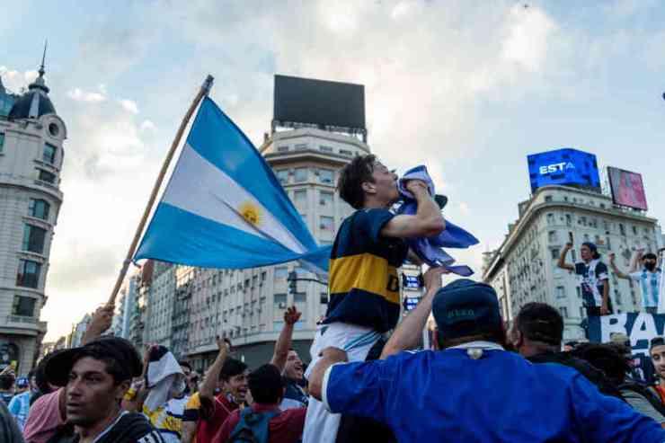 Des fans de toutes généreations se sont retrouvés à l'Obelisco en hommage à Maradona, mélangeant triste et la joie légendaire liées aux exploits du jouer, symbole national. Buenos Aires, Argentina. Anita Pouchard Serra/ Hans Lucas pour Le Monde.