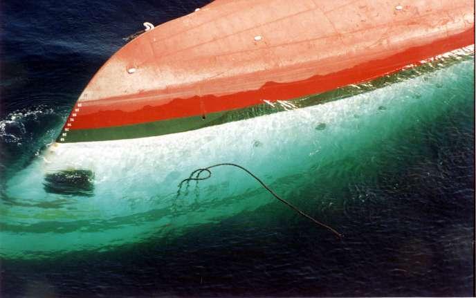 La coque du ferry « Joola» le lendemain de son renversement dans les eaux atlantiques dans la nuit du 26 au 27 septembre 2002.