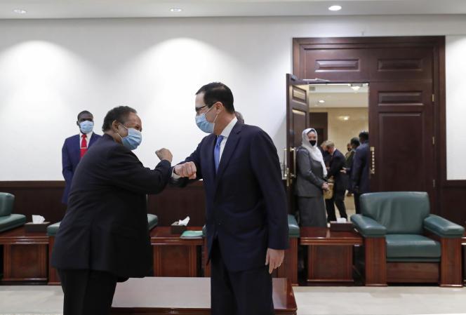 Le premier ministre soudanais Abdallah Hamdok et le secrétaire d'Etat américain au Trésor, à Khartoum, le 6 janvier.