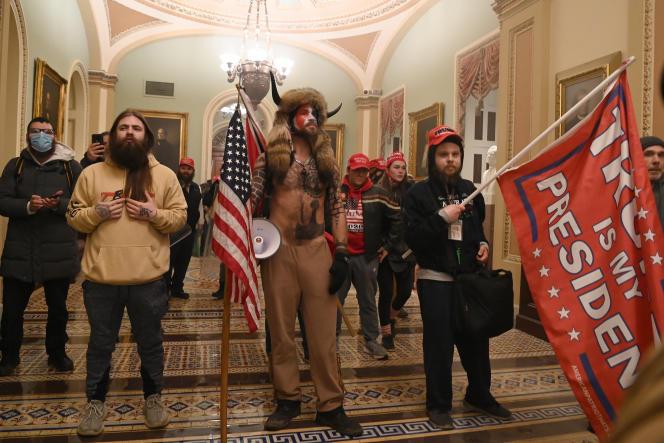 Des partisans du président Donald Trump à l'intérieur du Capitole, à Washington, DC, le 6janvier. Au centre, un membre du groupe conspirationniste QAnon, Jake Angeli, alias Yellowstone Wolf.