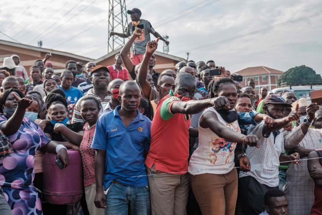 Des électeurs sont assemblés à Kampala, la capitale ougandaise, pour assister à l'ouverture des urnes, jeudi 14 janvier, jour d'élection présidentielle.