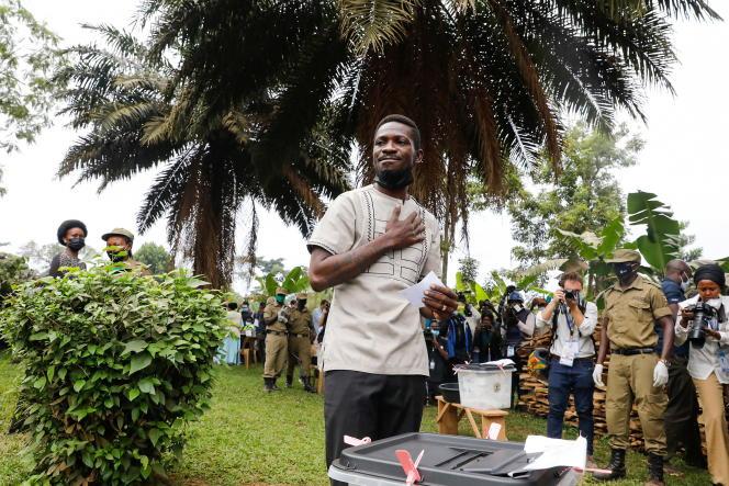 Bobi Wine, candidat à l'élection présidentielle en Ouganda, lors du vote, à Kampala, le 14janvier 2021.