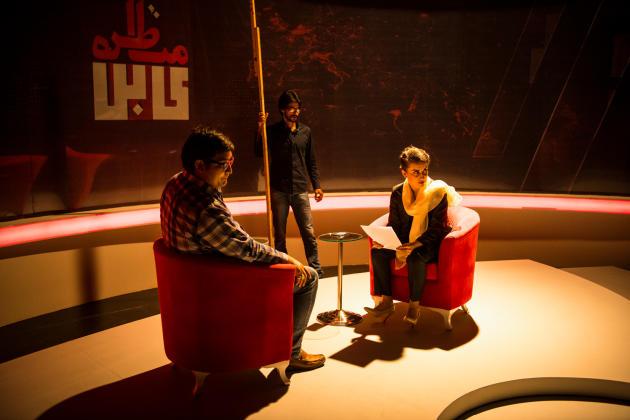 Farahnaz Forotan, sur le plateau de son émission, « Kabul Debate », en Afghanistan, en septembre 2020.