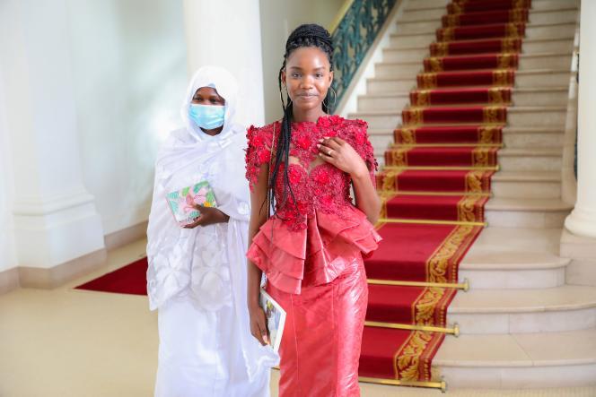 Diary Sow en compagnie de sa mère à Dakar, le 7 août 2020, alors qu'elle vient de recevoir le prix de la«meilleure élève» du Sénégal au palais présidentiel.