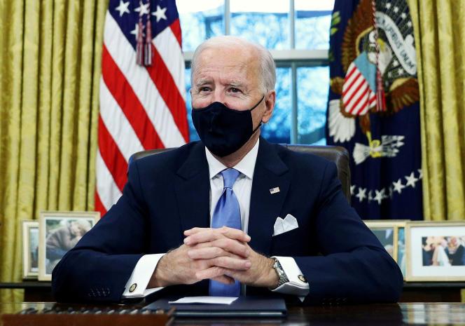 Le président des Etats-Unis, Joe Biden, signe des décrets dans le bureau Ovale de la Maison Blanche à Washington, le 20 janvier 2021.