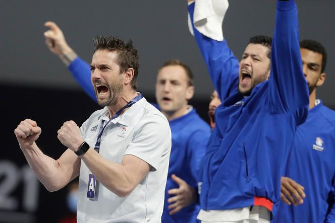 Le sélectionneur français Guillaume Gille (à gauche) lors du match entre la France et le Portugal, au Mondial égyptien de handball, le 24 janvier.