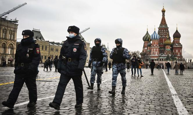 Des policiers et des membres de la garde nationale russe (Rosgvardia) patrouillent sur la place Rouge, dans le centre de Moscou, le 25 janvier 2021.