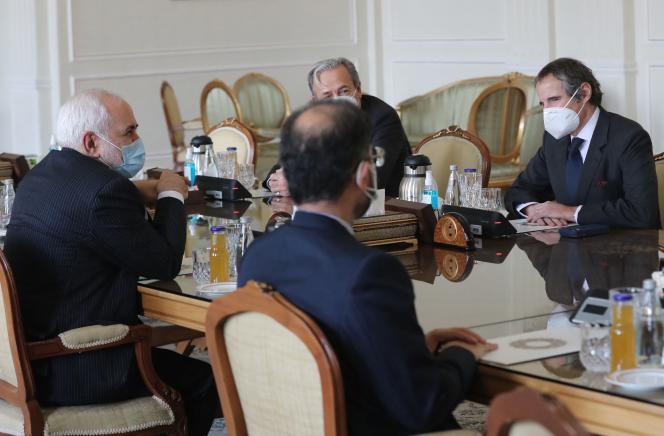 Des discussions ont eu lieu notamment entre le directeur général de l'AIEA, Rafael Grossi (à droite) et le ministre iranien des affaires étrangères Mohammad Javad Zarif (à gauche), à Téhéran, dimanche 21 février.