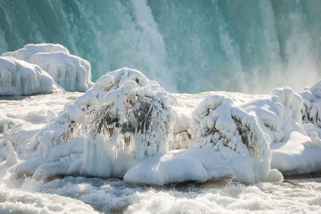 Au bord des chutes du Fer à cheval, sur le Niagara, aux Etats-Unis, le 21 février 2021.