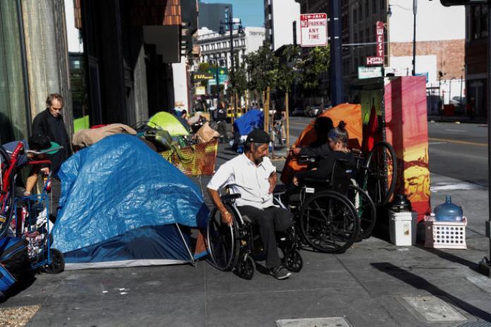 Un campement de sans-abri dans le quartier de Tenderloin, dans le centre-ville de San Francisco (Californie), le 1er avril.