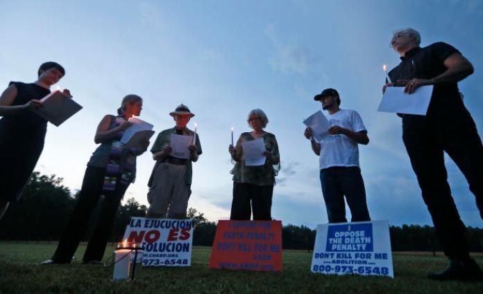 Mobilisation contre la peine de mort avant l'exécution d'un prisonnier, devant le centre correctionnel de Greensville en Virginie,le 6 juillet 2017.