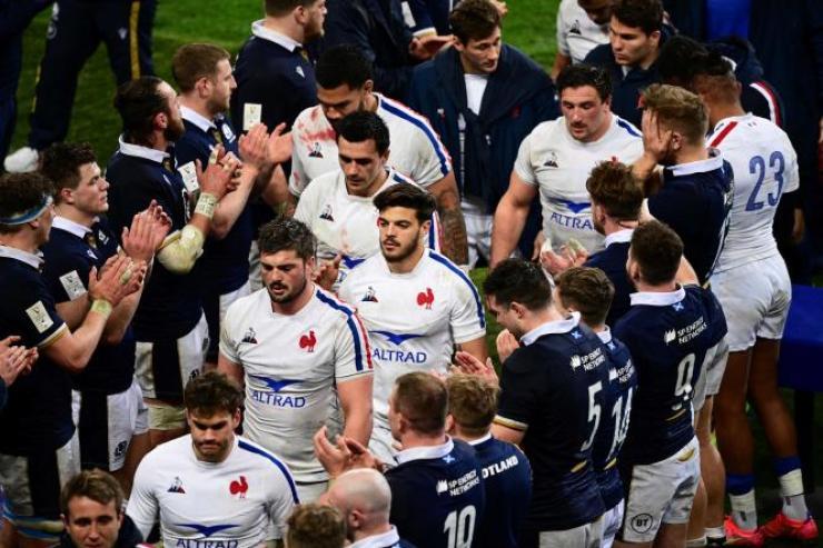Haie d'honneur écossaise après la victoire (27-23) du XV du Chardon face à la France, vendredi 26 mars, au Stade de France.