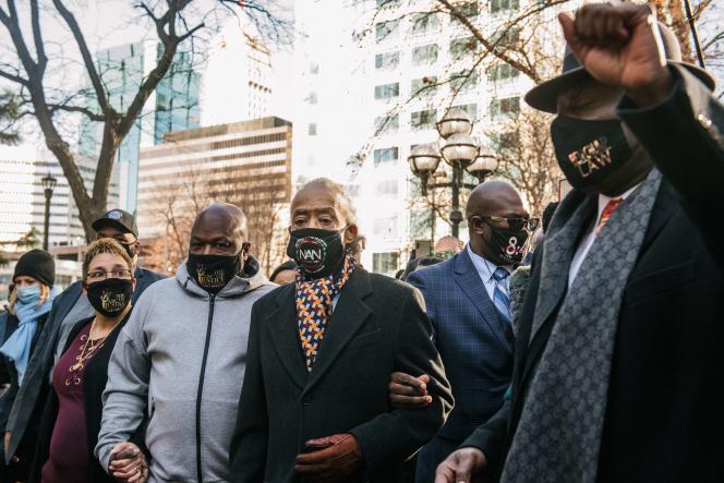 Le révérend Al Sharpton, au centre, accompagné deBen Crump, avocat, et plusieurs membres de la famille de George Floyd se rendent au tribunal, le 29 mars.