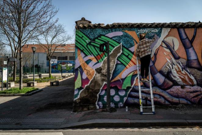 A Villeurbanne (Rhône), le 25 mars, un artiste local réalise une fresque murale sur le thème de la nature.
