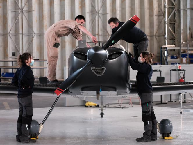 Pilots and technicians from Aura Aero are working on the Intégral R prototype, intended for aerobatics, on March 23, 2021.
