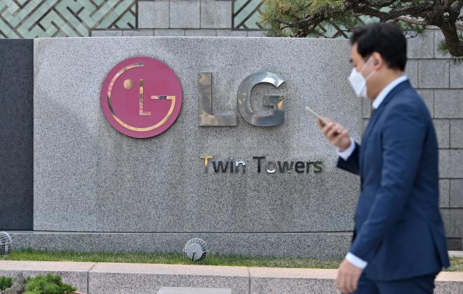 Devant le siège de LG, à Séoul, le 5 avril 2021.