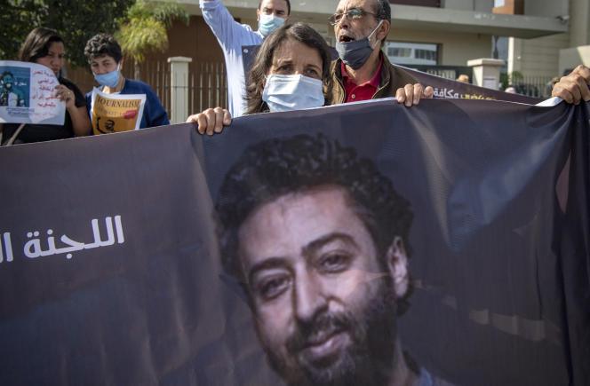 La mère du journaliste marocain Omar Radi tient une banderole lors d'une manifestation de soutien à son fils, à Casablanca, le 22septembre 2020.