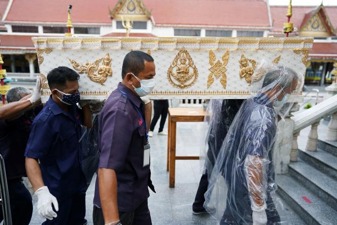 Funérailles d'une personne morte du coronavirus, le 24 avril 2021 à Bangkok.