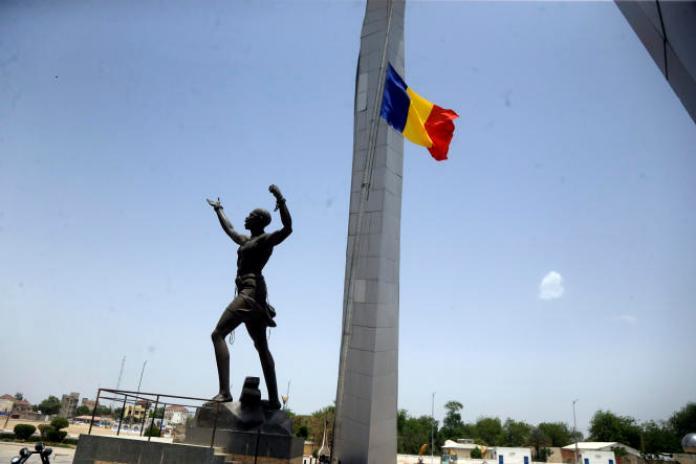 Un drapeau tchadien en berne au monument de l'Indépendance, place de la Nation à N'Djamena, la capitale du Tchad, le 26 avril 2021.