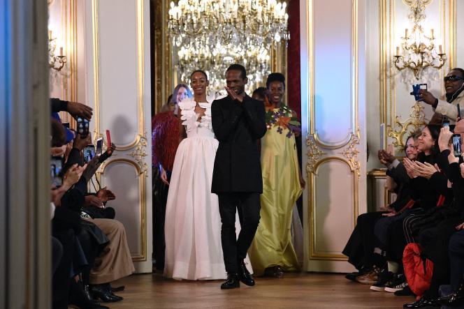 Le créateur camerounais Imane Ayissi à la fin du défilé de sa collection haute couture printemps-été 2020 pour femmes, à Paris, le 23 janvier 2020.