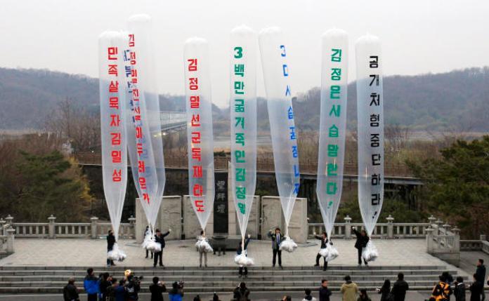 Lors d'un envoi de tracts vers la Corée du Nord, en 2011. Au centre,Park Sang-hak, réfugié nord-coréen et président de l'Association des combattants pour une Corée du Nord libre