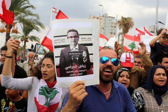 Un portrait deRiad Salamé, lors d'une manifestation contre le gouvernement, le 23 octobre 2019 à Tyr (Liban).