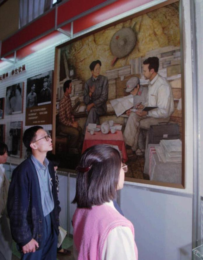 A Pékin, en 1996, devant une peinture représentant l'ancien président chinois,Mao Tsé-toung, interviewé par le journaliste américain Edgar Snow.