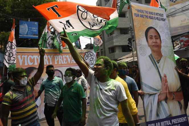 Des partisans du Trinamool Congress célèbrent leur victoire lors des régionales au Bengale-Occidental, le 2 mai 2021 à Calcutta, en Inde.