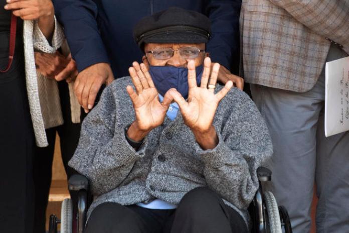 Desmond Tutu, archevêque émérite et lauréat du prix Nobel de la paix, sort de l'hôpital Brooklyn Chest, après avoir été vacciné contre le Covid-19, au Cap, en Afrique du Sud, le 17 mai 2021.