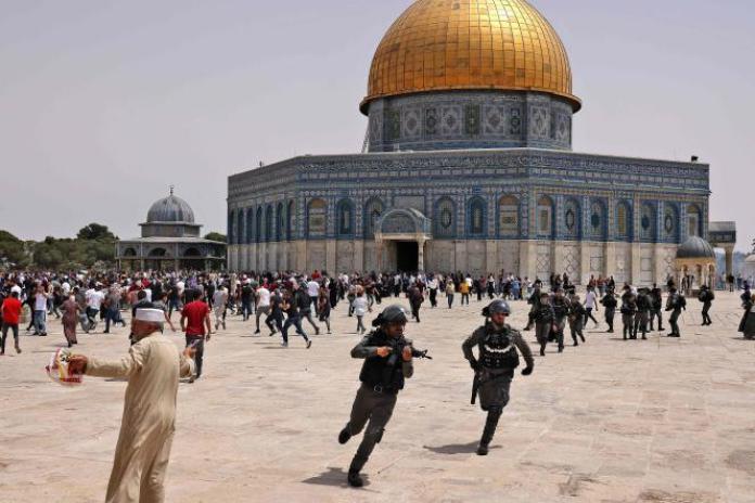 La police israélienne est intervenue contre des Palestiniens sur le parvis de la mosquée Al-Aqsa, dans Jérusalem-Est occupée, vendredi 21 mai 2021.