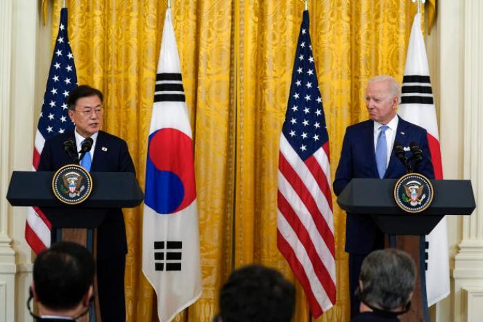 Rencontre entre les présidents américain, Joe Biden, et sud-coréen, Moon Jae-in, lors d'une conférence de presse, à la Maison Blanche, à Washington, le21 mai 2021.