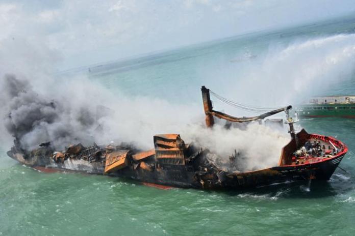 Une photographie aérienne, transmise par l'armée de l'air sri-lankaise, représentantle «MV X-Press Pearl»en feu au large de Colombo, au Sri Lanka, le 29 mai 2021.