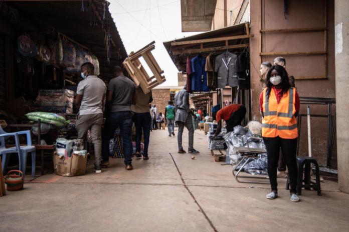 Réouverture du marché central de Rood Woko à Ouagadougou en avril 2020, après une fermeture d'un mois en raison de la pandémie de Covid-19.