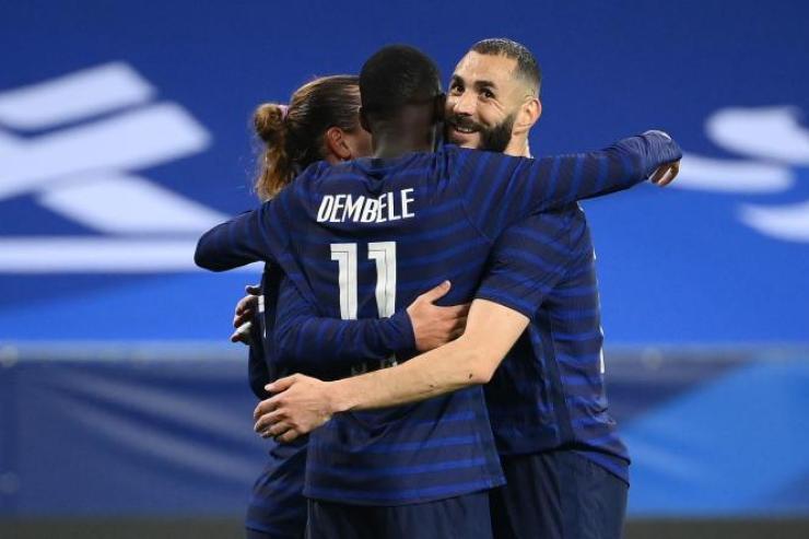 Ousmane Dembélé et Karim Benzema célèbrent le 3ebut des Bleus contre les Gallois, le 2 juin 2021, à Nice
