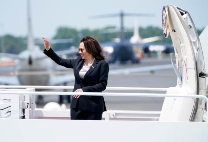 La vice-présidente américaine, Kamala Harris, fait un signe de la main avant de monter à bord d'Air Force Two, sur la base aérienne d'Andrews, Maryland, le 6 juin 2021.