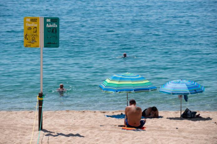 Bémol de taille, la deuxième destination touristique mondiale est toujours considérée à risque par le Royaume-Uni, qui impose une quarantaine au retour à ses ressortissants, de quoi les dissuader de venir profiter du soleil espagnol.