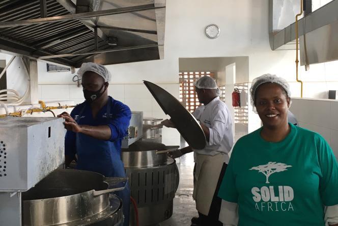 Isabelle Kamariza (à droite) dans la cuisine de l'ONG Solid'Africa à Kigali, en mai 2021.